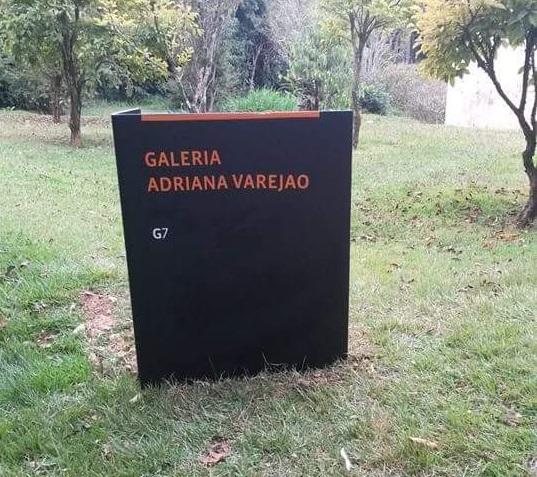 Placa de identificação de Galeria - Inhotim