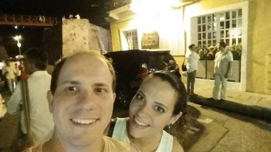 Nós e os paparazzi na porta do restaurante La Vitrola - Cartagena