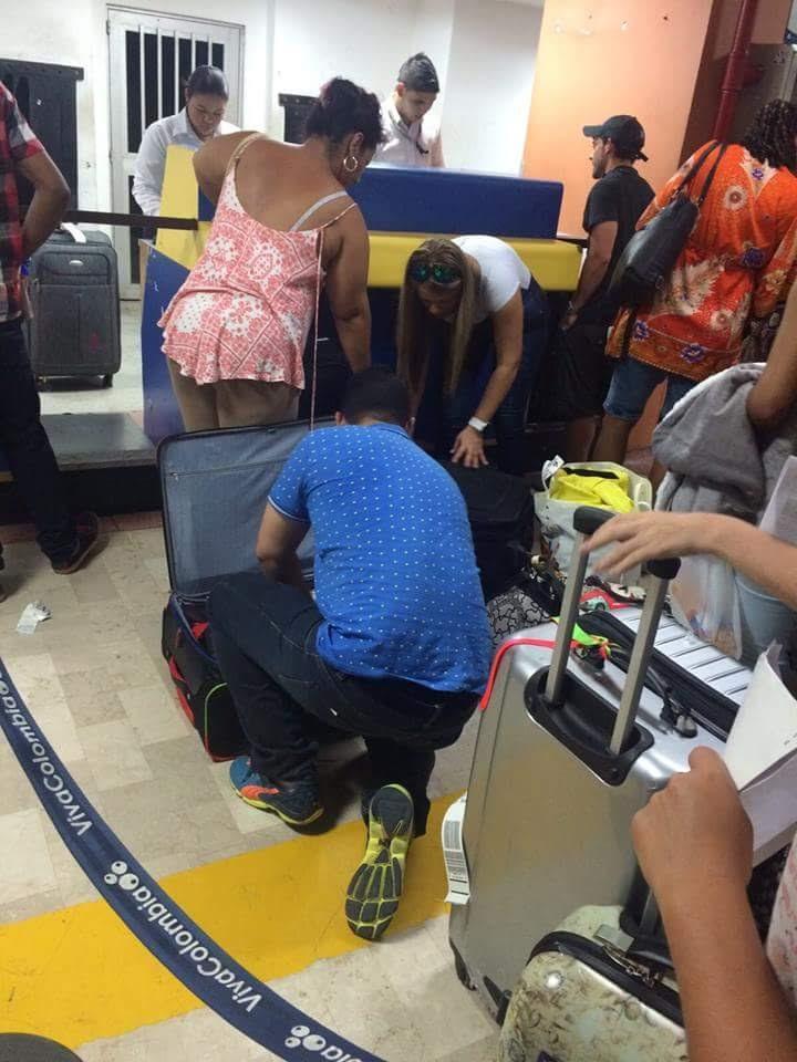 Fila para despachar a mala, no aeroporto de San Andres
